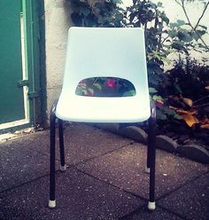 Chaise maternelle vintage bleue via LaRabota. Click on the image to see more!