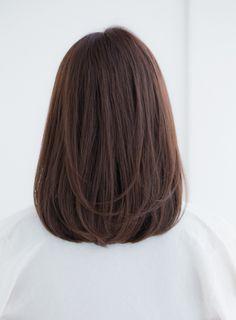 鎖骨レングスでおさまりやすいミディスタイル!ひし形ラインで小顔効果も発揮します。前髪を集めに取りサイドにつながる感じでカットして女性らしい印象に♪ロブ ミディ ナチュラル ひし形 メルティ カジュアル ベージュ つや