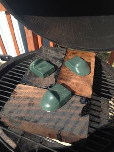 Grilling Pizza on the Big Green Egg Big Green Egg Pizza, Big Green Egg Smoker, Green Egg Grill, Vegetarian Grilling, Healthy Grilling Recipes, Barbecue Recipes, Barbecue Sauce, Vegetarian Food, Grilling Ideas