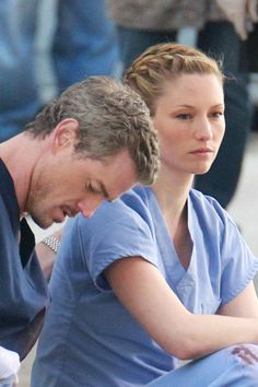 """Eric Dane Photos Photos - Eric Dane consoles Chyler Leigh's character as the two film an emotional scene together for """"Grey's Anatomy"""" in Downtown LA. Dane, better known as """"McSteamy"""" on the show, is seen stretching in between takes and cozying up in a fleece sweater. Him and actress Chyler Leigh, who plays Dr. Lexie Grey, are seen sitting on a sidewalk together. Leigh is visibly crying and Dane consoles her by rubbing her back and making a phone call on his cell phone. Both actors are seen…"""