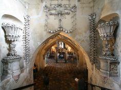 Kostnice se halla en Sedlec, uno de los suburbios de la ciudad de Kutná Hora, a unos noventa kilómetros al este de la capital checa. Su historia está vinculada con el monasterio cisterciense más antiguo de las tierras checas, fundado precisamente allí en 1142.