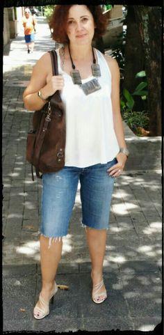 Colar e bracelete de arame #Mercadomundomix, Regata #MOB, Bermuda, que era uma calça, doada #Energie, Bolsa #Arezzo (brechó) e Sandália.