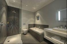 salle de bain grise et blanche avec douche encastrée, paroi et baignoire