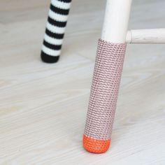 Jeg har netop købt en af de klassiske taburetter fra Trævarerfabrikernes Udsalg. Jeg har valgt at give den sokker på så den får et lille twist men som også gør lyden mod gulvet lidt blødere...:) Jeg s