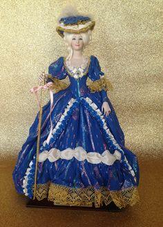 MARIANTONIETTA REGINA DI FRANCIA (QUEEN OF FRANCE)  (Siglo XVII) Marìn bambola in porcellana realizzata nel 1990. Alt circa cm. 45