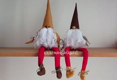 how to make gnomes in felt and pannolenci - manifantasia Christmas Gnome, Christmas Wreaths, Christmas Decorations, Christmas Fabric Crafts, Diy And Crafts, Arts And Crafts, Gnome Ornaments, Herb Garden Design, Wreath Crafts