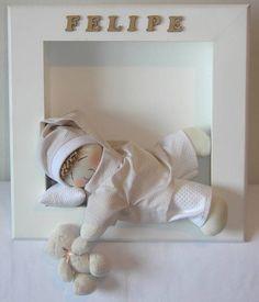Quadro para porta de maternidade em MDF. Tamanho 34x34. Boneco de tecido dormindo (na cor desejada), travesseirinho, ursinho de pelúcia na mão. Nome do bebê escrito com letras de MDF. Código do Site BB224 R$ 109,00