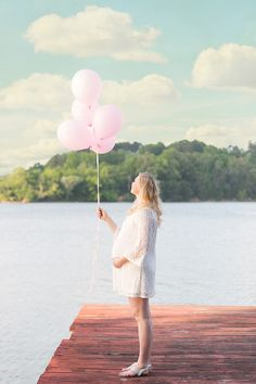 Chattanooga maternity photos | lake and balloons | Pamela Greer Photography