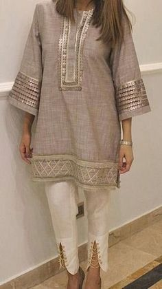 Pretty Tunic Dress from 21 of the Amazing Tunic Dress collection is the most trending fashion outfit this winter. This Tunic Dress look related to tunic, dresses, vestidos and shift dress was. Pakistani Fashion Casual, Pakistani Dresses Casual, Pakistani Dress Design, Indian Fashion, Kurta Designs Women, Blouse Designs, Sleeve Designs, Indian Designer Outfits, Indian Outfits