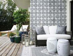 Tile on the wall and gray rug // Uso de Azulejo decorado en muro, enfasis en el color gris y portavelas en terraza exterior...