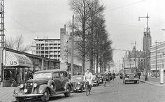 Rotterdam - Coolsingel na de oorlog (1945 ). Dit herkenbaar aan de noodwinkels (linkerzijde ) en de witte strepen zijn zo go als ) niet meer zichtbaar op de bomen en lantaarnpalen.