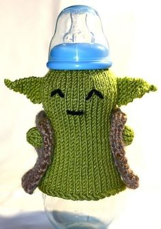Baby Knitting Patterns Funny Yoda Baby Bottle Cozy Free Knitting Pattern and more Star Wars inspired knitting. Free Knitting, Baby Knitting, Knitting Patterns, Crochet Patterns, Baby Patterns, Star Wars Baby, Nerd Baby, Knitting Projects, Crochet Projects