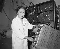 La física Chien-Shiung Wu (1912-1997) nació un 31 de mayo.  Wu demostró que el principio de la paridad no se cumple en la naturaleza. Por este trabajo, sus colegas Tsung-Dao Lee y Chen-Ning Yang recibieron el Premio Nobel de Física en 1957, quedando ella excluída por ser mujer.  Fue la primera mujer en presidir la Sociedad Americana de Física.