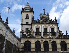Um dos pontos de parada do city tour em João Pessoa na Paraíba é no Centro Cultural São Francisco. Ele é composto por um museu de arte sacra (com visita guiada) Igreja de São Francisco e Convento de Santo Antônio.  Do lado de fora estão expostos azulejos do século XVI e internamente há um rico mobiliário do século XVIII.  http://ift.tt/2iYbDIJ #mundoafora #dedmundoafora  #travel #viagem #tour  #trip #travelblogger #travelblog #braziliantravelblog #blogdeviagem #rbbviagem #instatravel…