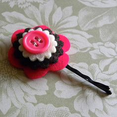 Flower bobby pins - JEWELRY AND TRINKETS - I would like to share with you the back part of a bobby pin. With felt flowers. These are some of the flowers that already make for bobby pins. Cute Crafts, Felt Crafts, Crafts To Make, Crafts For Kids, Arts And Crafts, Diy Crafts, Felt Flowers, Diy Flowers, Fabric Flowers