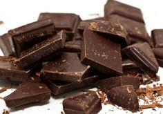¿Cuando estás triste o estresada sientes ganas irrefrenables de comer chocolate? Pues no te reprimas, te avala una explicación científica! El cacao reduce los niveles de cortisol, la hormona del estrés y la ansiedad. Está enriquecido con antioxidantes que relajan la presión arterial y ayudan a reducir el colesterol. Además, aumenta los niveles de serotonina y endorfinas, lo que nos genera una sensación de bienestar. Lo recomendable es tomar una o dos onzas al día y que sea mínimo un 70%…