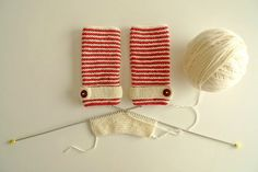 Le motif rouge et blanc rappelle la montagne, les chalets - association idéale avec une matière chaude comme la laine. Très joli avec le petit bouton (et pas compliqué, je pense).
