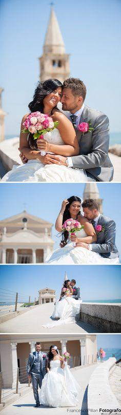 matrimonio chiesa caorle sposi sul lungomare mentre si abbracciano e si baciano