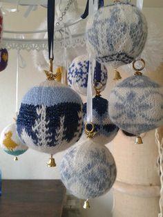 Kerst - zelf kerstballen breien Christmas Creative Knit Christmas Ornaments, Christmas Mix, Christmas Knitting, All Things Christmas, Christmas Decorations, Xmas, Crochet Home Decor, Diy Crochet, Photo Bleu