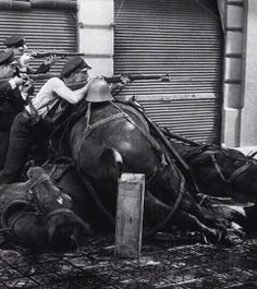 Guerra Civil Española: caballos muertos siendo utilizados como barricadas, 1936.