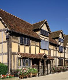 【H.I.S.】【Shakespeare's Birthplace】ウィリアム・シェイクスピアの生家。 #travel Tudor Style, Places To Go, England, Europe, Cabin, Mansions, House Styles, Manor Houses, Cabins