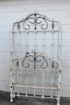 Most Twin Size iron beds of the were considered to be more utilitarian and little design was put into them. Yet occasionally one will surface which that was not the case. Antique Iron Beds, Wrought Iron Beds, Farm Cottage, Cottage Style, Vintage Shabby Chic, Vintage Love, Rod Iron Beds, Little Girl Beds, Iron Headboard