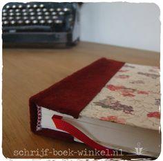 Handgebonden A5 notitieboek met met stevige kaft bekleed met papier en leer (suède). Nog beschikbaar. Mail info@schrijf-boek-winkel.nl
