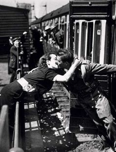 24 emocionantes fotos de soldados y marineros de la II Guerra Mundial despidiéndose de sus amores