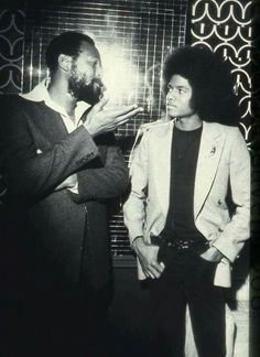 Young Michael Jackson getting some lecture from Marvin Gaye. //Marvin Gaye Died April 1984 Rest in Peace Marvin Gaye, The Jackson Five, Jackson Family, Soul Jazz, Soul Funk, New School Hip Hop, Vintage Black Glamour, Paris Jackson, The Jacksons