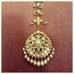 Gold Jewelry Design In India Tika Jewelry, Kids Gold Jewellery, Indian Jewelry Earrings, Mens Gold Jewelry, Head Jewelry, Indian Wedding Jewelry, Gold Jewellery Design, Rose Gold Jewelry, Bridal Jewelry