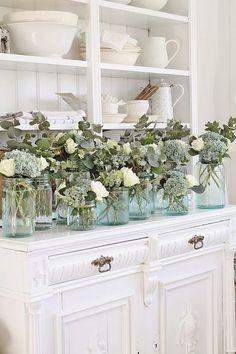 Pin av elaine nichols på home decor. French Country Cottage, Cottage Style, Cottage Chic, Vase Transparent, Vibeke Design, Vases, House Of Turquoise, Farmhouse Chic, Rustic Decor