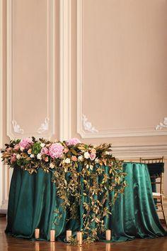 Оформление президиума на изумрудно-золотой свадьбе. Шикарная атласная скатерть и цветочная композиция Bridesmaid Dresses, Wedding Dresses, Fashion, Bridal Dresses, Moda, Bridal Gowns, Bridesmaid A Line Dresses, Wedding Gowns, Weding Dresses