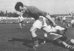 Vålerengas Leif Olsen takles i kvartfinalen på Stadion i 1951. Det hjalp så lite, VIF vant 3-5.