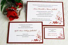"""Zaproszenie ślubne stylizowane na angielskie. Cechą charakterystyczną angielskich zaproszeń jest """"rozbicie"""" tekstu zaproszenia na 3 osobne kartoniki. Na pierwszym z nich widnieje informacja i zaproszenie na uroczystość zaślubin. Drugi kartonik zaprasza na koktajl, w naszym przypadku – przyjęcie weselne. Trzeci kartonik to RSVP – prośba o potwierdzenie przybycia.."""