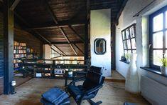 Das #Obergeschoss hält ein großes #Galeriezimmer sowie den Master #Bedroom bereit. Ad Architectural Digest, Stunning Photography, Home Goods, Interior Design, Architecture, Restored Farmhouse, Real Estates, Woods, Nest Design
