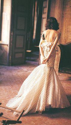Dior, alta costura, vestido de cintura e quadril marcados, com cauda, estampado poá, retrô, vintage, romântico.