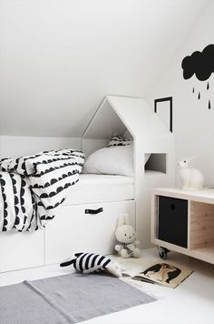 Modern black and white kid's room, Monochrome kid's room inspiration White Kids Room, White Room Decor, White Bedroom, Diy Bett, Deco Kids, House Beds, House Roof, Cabin Beds, House Canopy