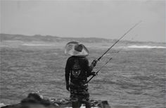 Pescando na chuva. Tibau do Sul-RN, Brasil.