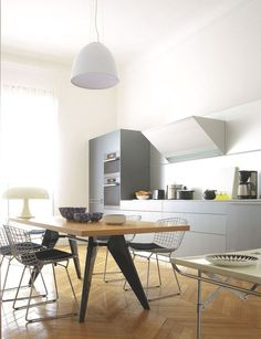 Une cuisine ouverte design dans un appartement haussmannien