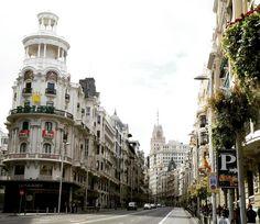 """blpmadrid: """"A GranVía é célebre pelo seu comércio mas vale a pena contemplar a arquitetura da virada do século 20. Ou pelo menos tentar! #madrid #españa #turismo #madridmemola #madridmemata #granvia #arquitectura #arquitetura #visitmadrid #igers #instagram #igersmadrid #blpm #madriz #rua #callesdemadrid"""""""