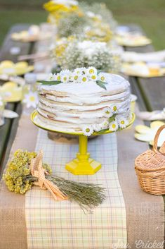 Fiesta margaritas. Tarta con margaritas. Picnic en amarillo y blanco. #tarta #margaritas #picnic #fiesta #cake #daisy Diy Party, Party Favors, Party Ideas, Serpentina, Planners, Party Food And Drinks, Farm Party, Fun Cocktails, How Sweet Eats