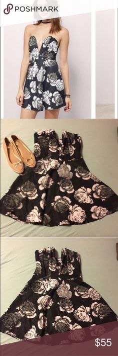 NWT Large Black Floral Tobi Mini Skater Dress This dress is so gorgeous, I'm so bummed it didn't fit me! Comes with tag still attached ! The tag says large, but this does run small. It says it will fit an 8-10, but I have a size 8 dress and this did not fit me so please be aware of that ! Tobi Dresses Mini