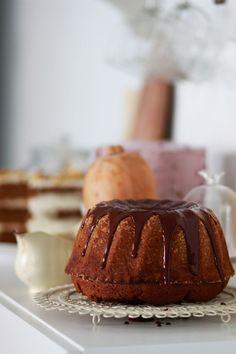 ΚΕΙΚ ΜΕ ΚΟΛΟΚΥΘΑ ΚΑΙ ΤΖΙΝΤΖΕΡ   Cool Artisan Cake, Desserts, Food, Tailgate Desserts, Deserts, Kuchen, Essen, Postres, Meals