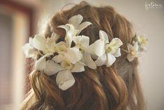 Esküvői frizura virágdísszel Fashion, Moda, Fashion Styles, Fashion Illustrations