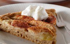 Marjan omenapiirakka Vatkaa munat ja sokeri vaahdoksi. Lisää voisula ja vehnäjauhot, joihin leivinjauhe on sekoitettu. Kaada kakkuvuokaan ja asettele päälle omenalohkoja. Sirottele pinnalle sokeria ja kanelia. Paista 200 asteessa noin 30-40 minuuttia.