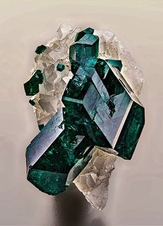 Dioptase e Calcite - Namíbia Minerals And Gemstones, Rocks And Minerals, Rare Gems, Beautiful Rocks, Mineral Stone, Stones And Crystals, Gem Stones, Rocks And Gems, Earth