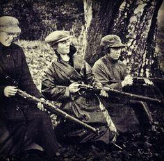 Linda Kearns, Eithne Ní Chumhaill and May Burke in Duckett's Grove, Carlow, 1921