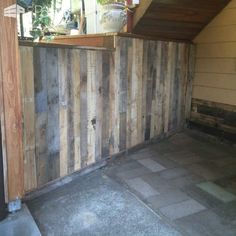 Outdoor Wall Covered With Pallets I had an outdoor wall to cover up. So I glued pallet boards to the wall. One way to get exotic woods. Wooden Pallet Wall, Pallet Door, Wooden Pallet Projects, Wood Pallet Furniture, Wooden Diy, Pallet Boards, Pallet Walls, Furniture Plans, Free Wood Pallets