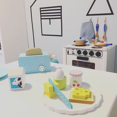 Dags för frukost!!! Hora do café da manhã! Anton também ganhou uma torradeira. Ele queria a de Bella o tempo todo 😊. Pessoal pra quem perdeu, tem vídeo novo no canal do YouTube onde mostro como fazer essa casinha com washi tape (fita adesiva). Link na bio acima. Tenham um ótimo sábado!#decorababy #decorforkids #queronamaetips #barnrumsinspo #kidsdecor #kidsroom #barnkök#breakfast#frukost#cafedamanha #maedemenino#montessori#quartomontessoriano #cozinha#cozinhainfantil#quartodobebe…