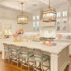 Spring time kitchen #homedecor #homedecorblogger #whitehouse #fabulouskitchen #whitekitchen #kitchen #transitionaldecor #traditionaldecor #beautifulliving #homedesign #greatroom #transitionalliving #greatroomdecor #kitchendecor #mainroom #Regram via @CLLKbrthgvm